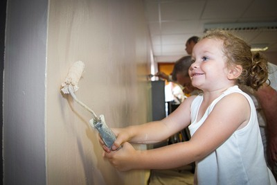 Cartrefi Conwy 90 Minute Makeover at Tan Lan community centre, Old Colwyn. Pictured is Keira Brennan aged 4 giving a helping hand.